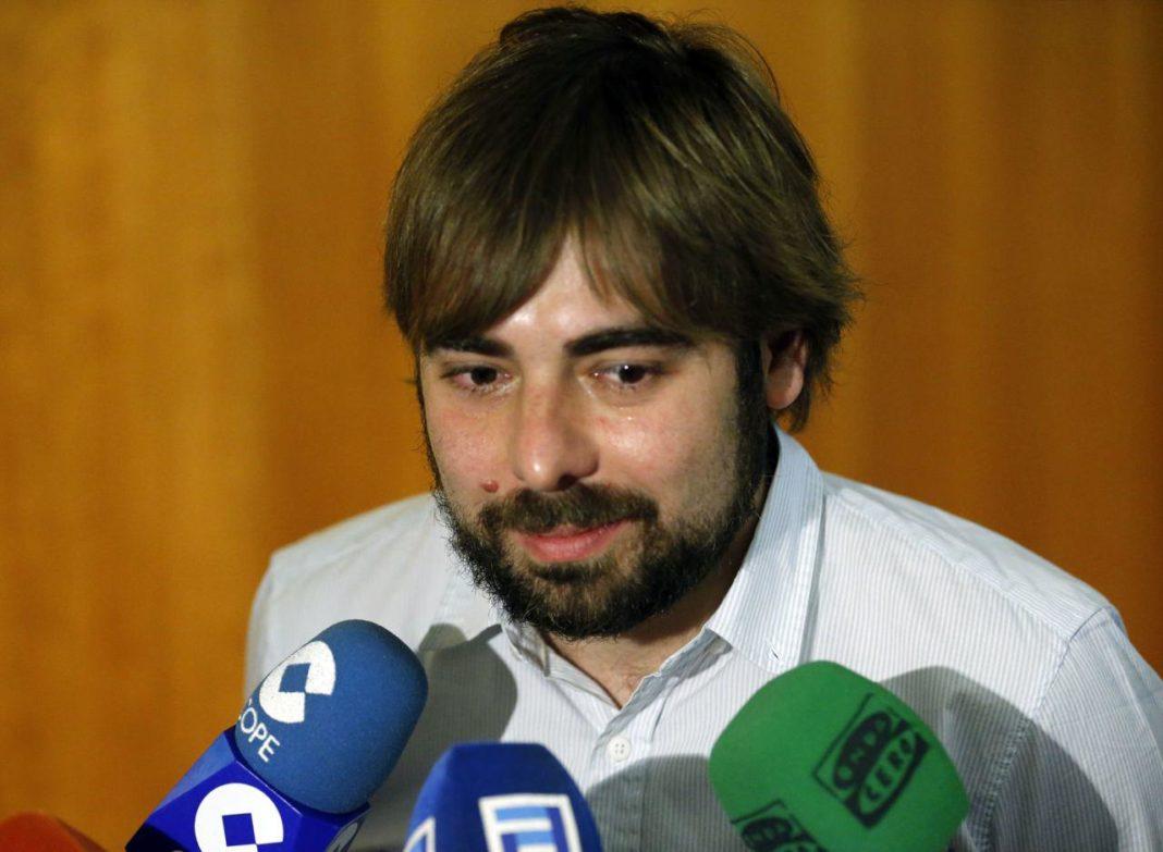 Daniel Ripa atendiendo a los medios de comunicación en la Junta General del Principado