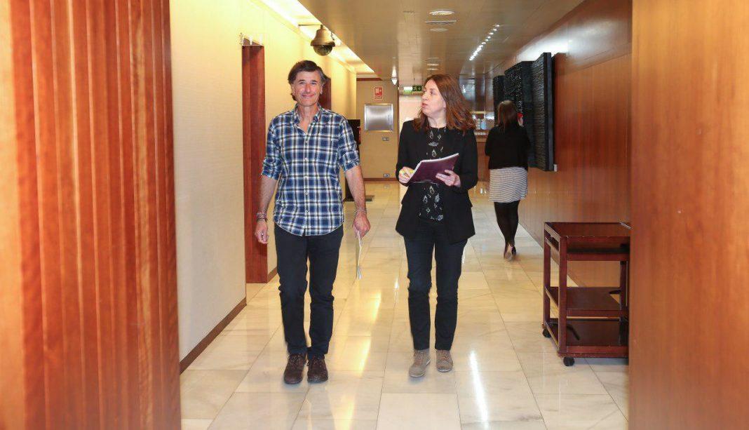 Enrique López y Lorena Gil en los pasillos de la Xunta del Principado