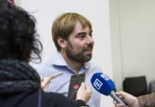 Daniel Ripa atendiendo a medios