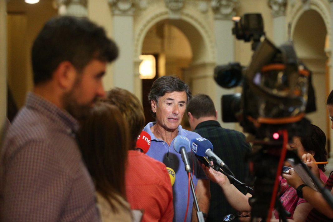 Enrique Lopez, portavoz de Podemos Asturies, atiende a la prensa a la salida de la Junta de Portavoces
