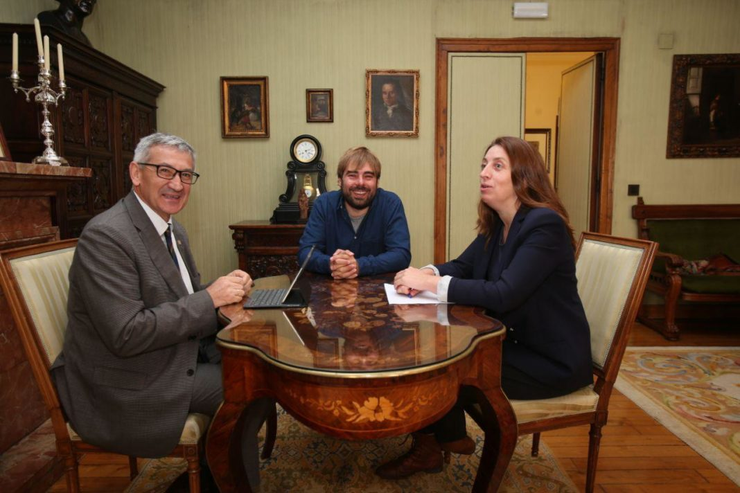Lorena Gil y Daniel Ripa reunidos con el rector universitario