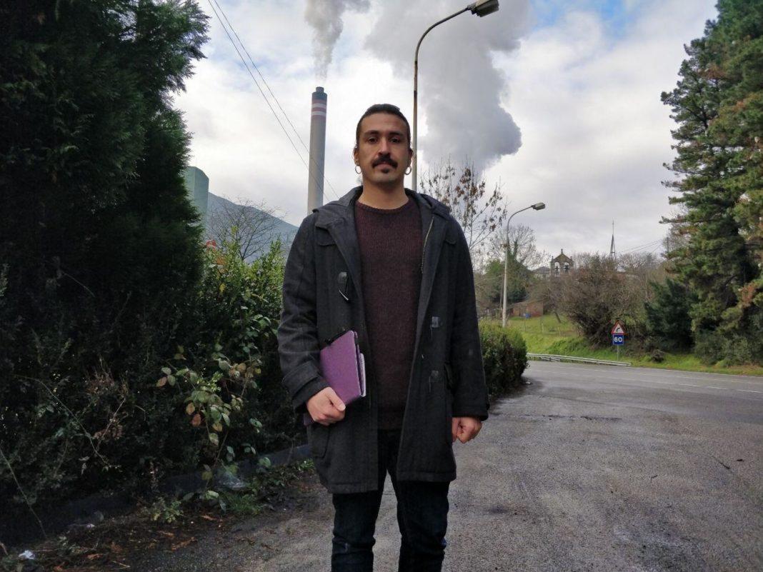 Andrés Vilanova frente a la térmica del Narcea