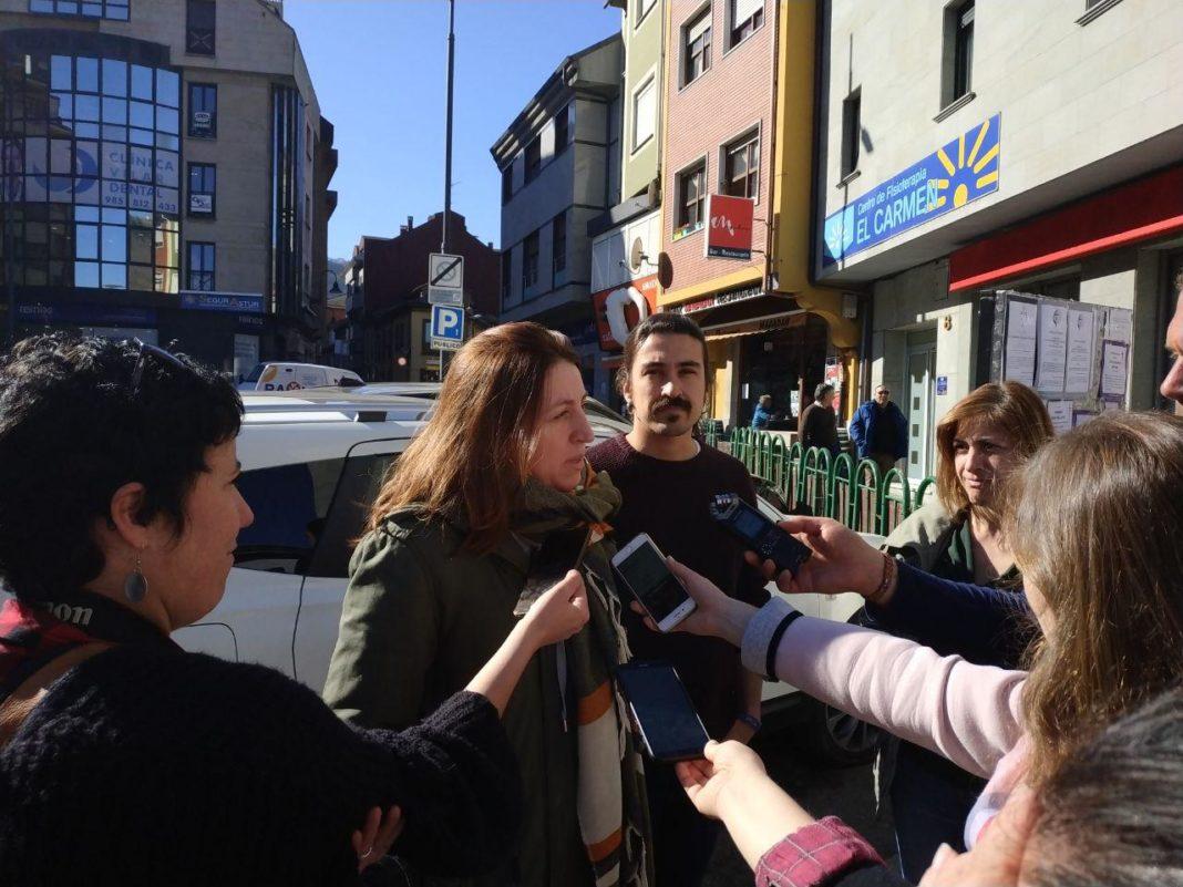 Lorena Gil atiende a los medios durante su visita al corredor del Narcea