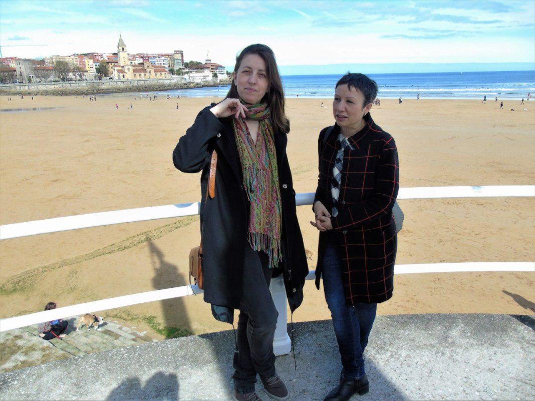 Lorena Gil y Yolanda Huergo en La Escalerona, Xixón, valorando la huelga del 8M