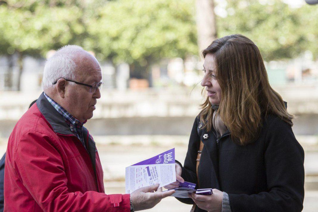 Lorena Gil en un reparto de material informativo en Xixón de la campaña Un€ Asturies.