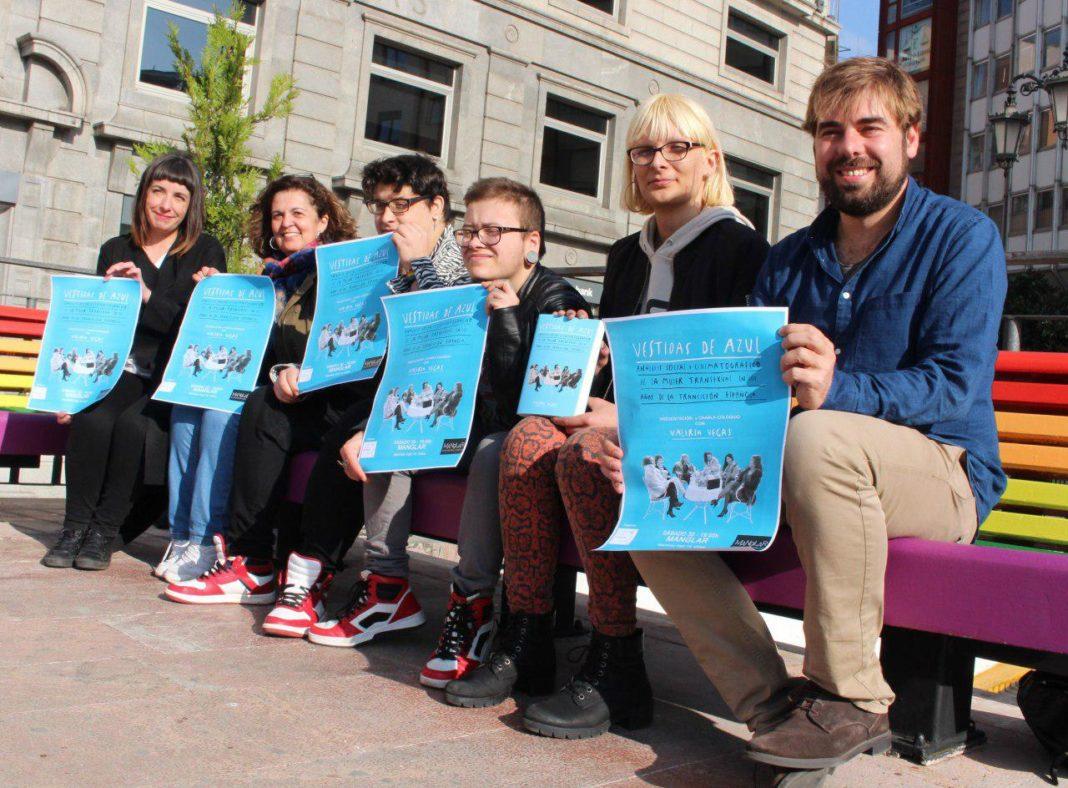 Daniel Ripa, Jara Cosculluela y Angeles Fal con representantes de Transire Asturias en la Plaza de la Escandalera, Uviéu