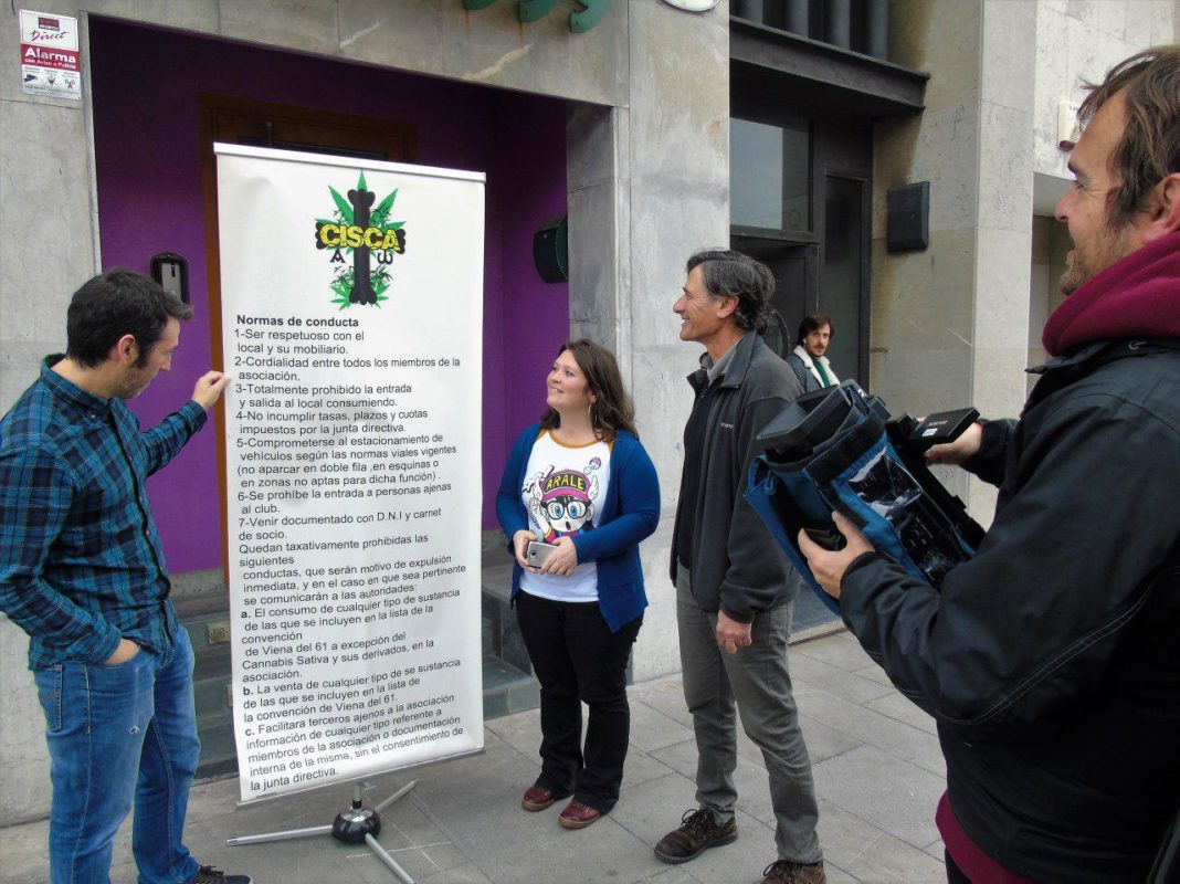 Enrique López y el candidato gijonés Juan Chaves visitaron la nueva sede del Cannabis Interior Social Club Astur, en Cimavilla