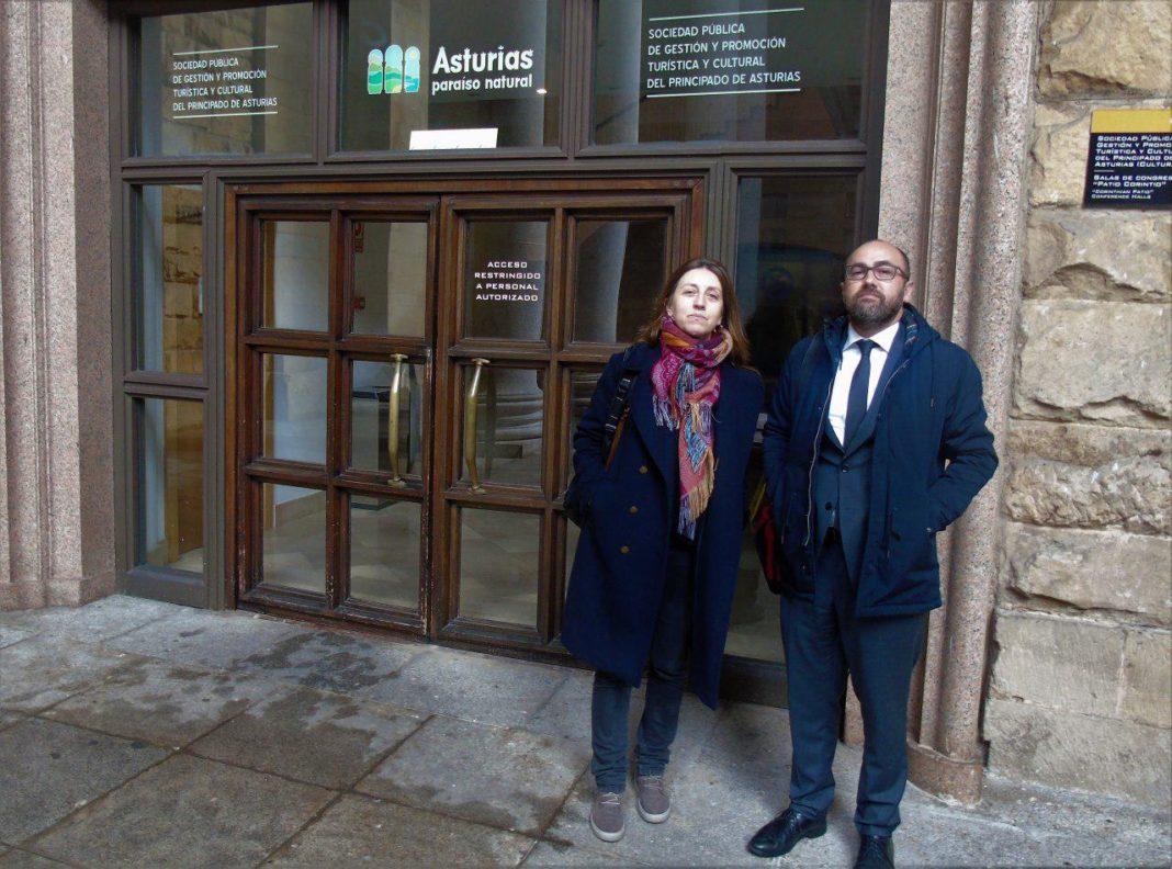 Lorena Gil se personó en Recrea para consultar la información relativa a la gestión de los billetes aéreos de libre disposición