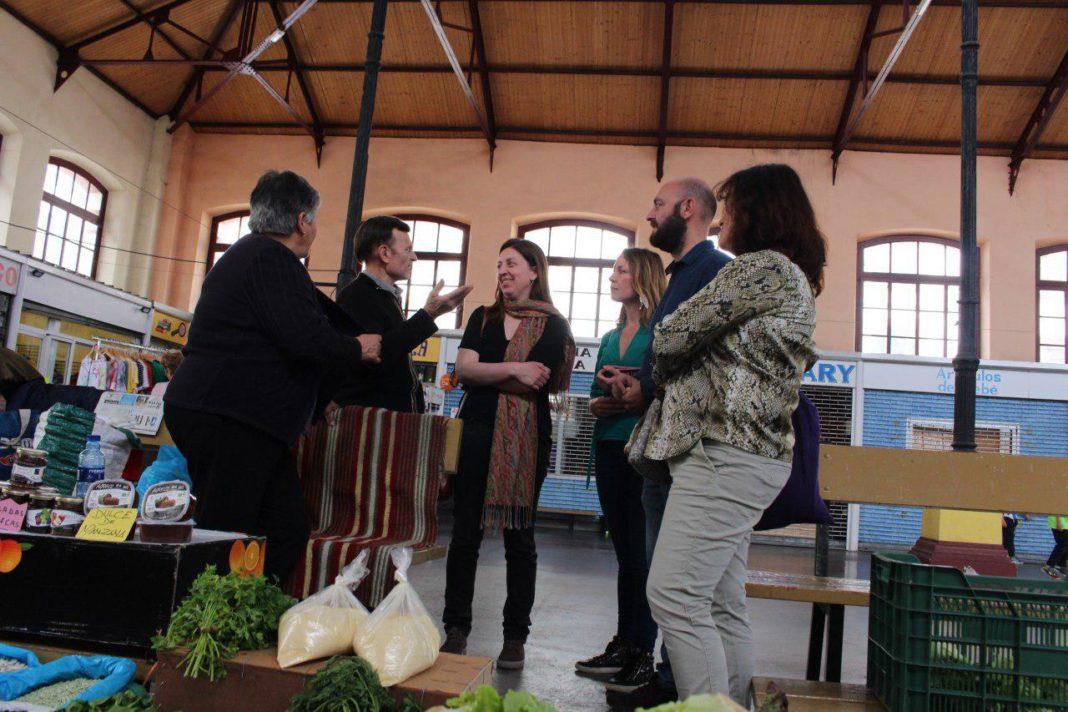 Lorena Gil junto a Paula Valero en el mercado de Villaviciosa