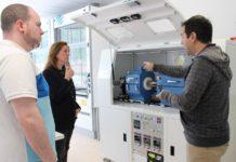 La candidata a la Presidencia visitó este martes el Centro de Investigación en Nanomateriales y Nanotecnología de L'Entregu junto a Borja Castela, candidato a la Alcaldía de SMRA