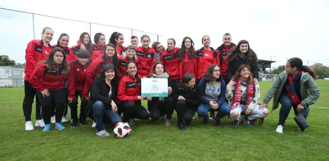 La candidata de Podemos Asturies entrega en Ciares con Yolanda Huergo y Laura Tuero el premio Doce Lluches al Gijón Fútbol Femenino