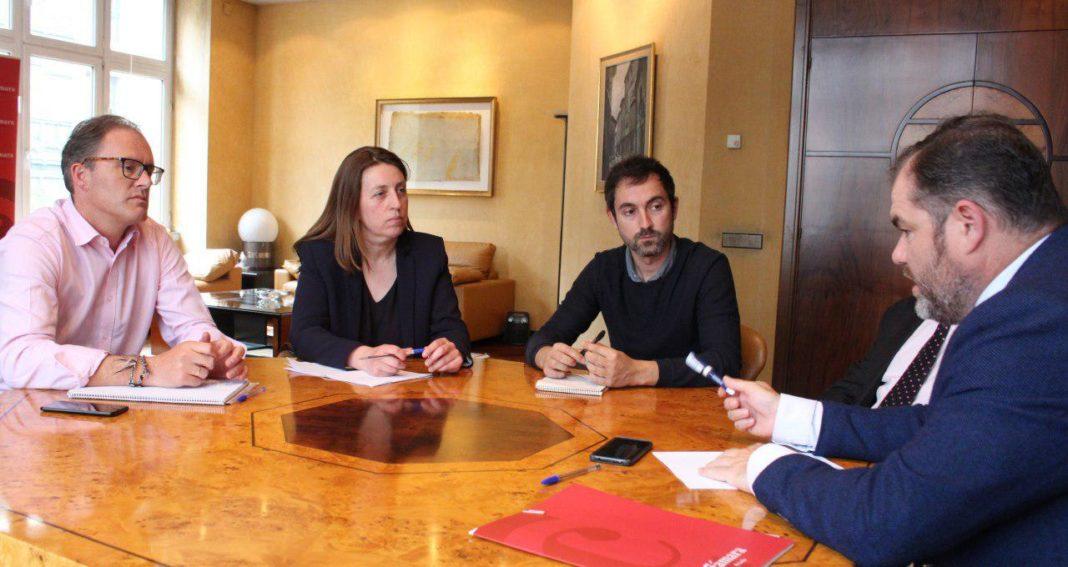 Lorena Gil y el candidato a la Alcaldía de Llanes visitaron la Cámara de Comercio de Oviedo