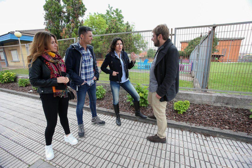 Daniel Ripa, Nuria Rodríguez, Rafael Palacios y Soraya Calvo, frente a la escuela infantil Los Raitanes, en el barrio gijonés de La Calzada