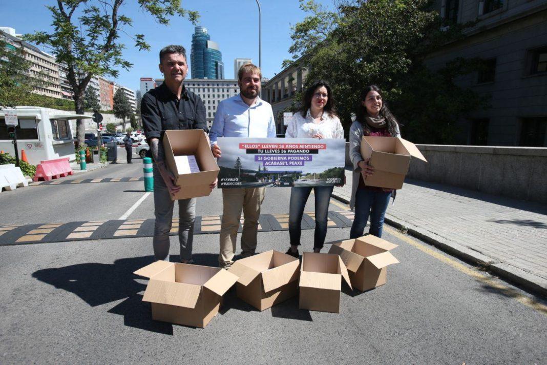 La candidata y Daniel Ripa acuden al Ministerio de Fomento para una entrega simbólica de las 10.000 firmas recogidas contra el pago del peaje del HUERNA