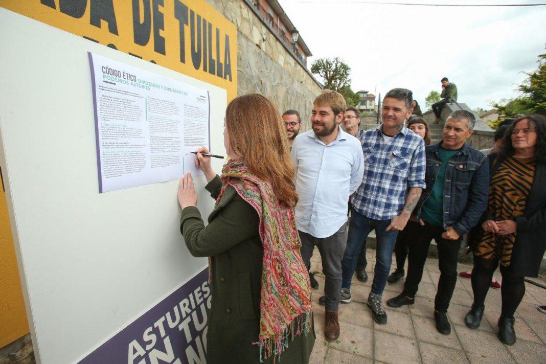 Las candidatas y candidatos presentan el código ético de Podemos Asturies en Tiuya/Tuilla, la localidad de Fernández Villa