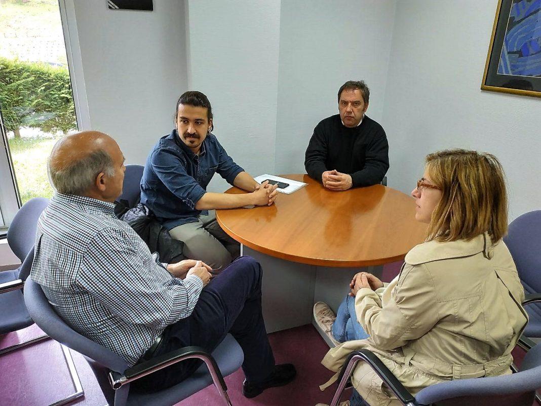 El diputado de Podemos Asturies y la cabeza de lista municipal se reunieron con el gerente del hospital de Cangas para interesarse por la situación