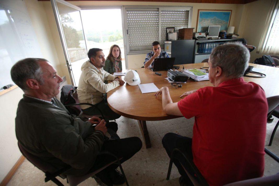 Lorena Gil, Andrés Vilanova y Óscar Fernández se reúnen con el comité de empresa de la planta de Ence en Navia