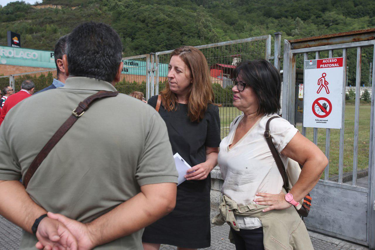 Lorena Gil y Rosa Prieto (conceyala de Unidas por Llangréu) esta mañana con los trabajadores de Vesuvius y con el presidente del comité de empresa