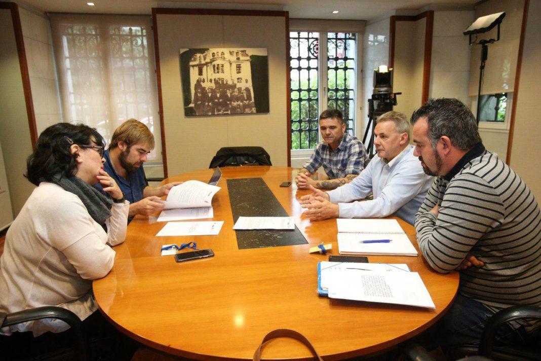 """Daniel Ripa, Rafael Palacios y Rosa Prieto han mostrado su apoyo a la plataforma en defensa de la línea Xixón-Llaviana y han exigido el """"fin del aislamiento"""" de Asturies, en general, y de la cuenca en particular"""