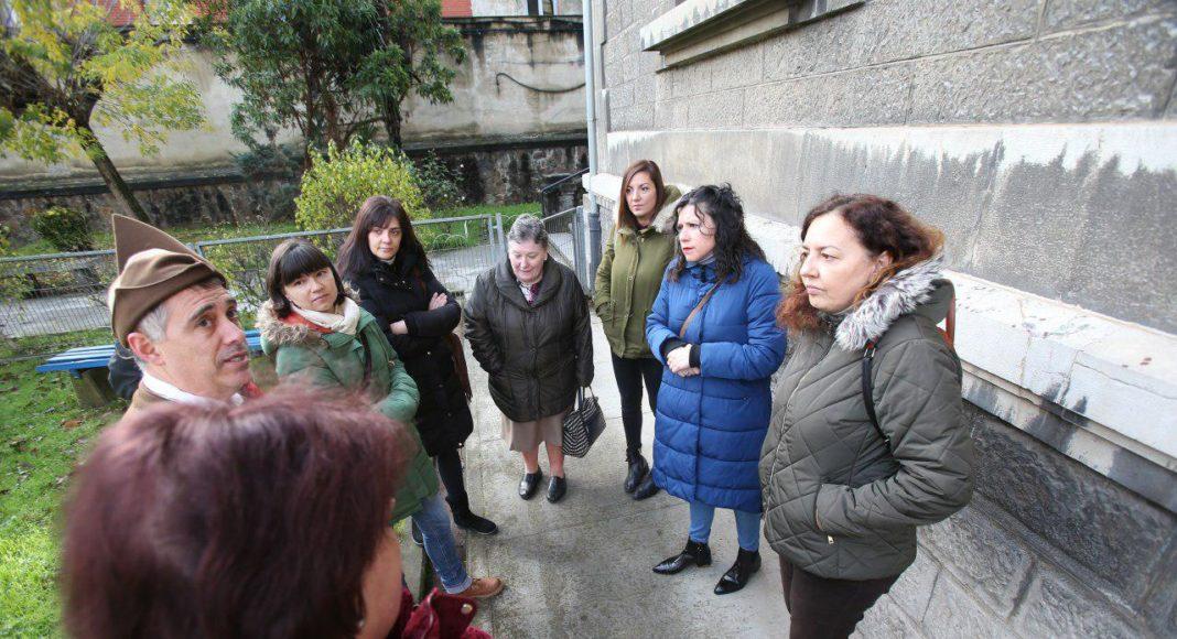 Nuria Rodríguez visita el CP Jesús Neira de La Pola (L.lena) que desde hace más de ocho años está afectado por goteras