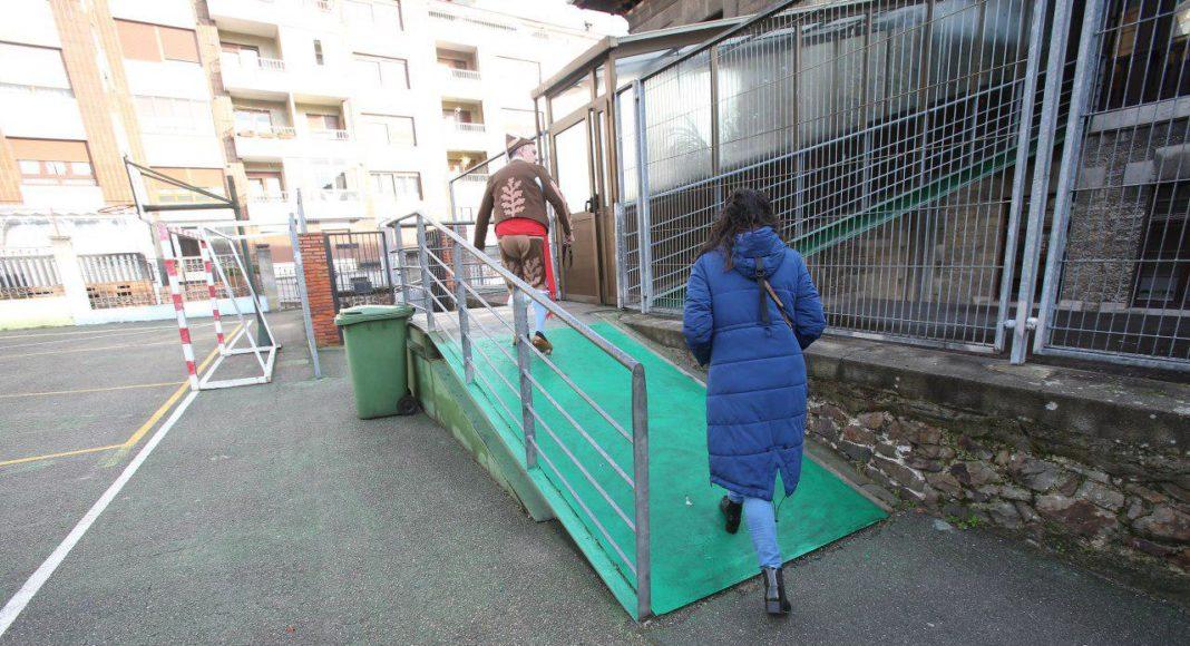 CP Jesús Neira de La Pola (L.lena). Rampa de acceso que incumple la normativa vigente en materia de movilidad