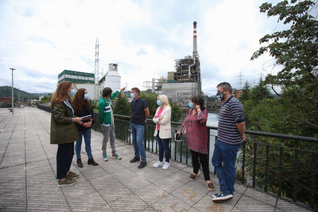 La portavoz parlamentaria, junto con representantes de la formación morada de la cuenca de El Nalón, critica la falta de compromiso de Iberdrola y Naturgy con Asturies y la pasividad del Gobierno autonómico