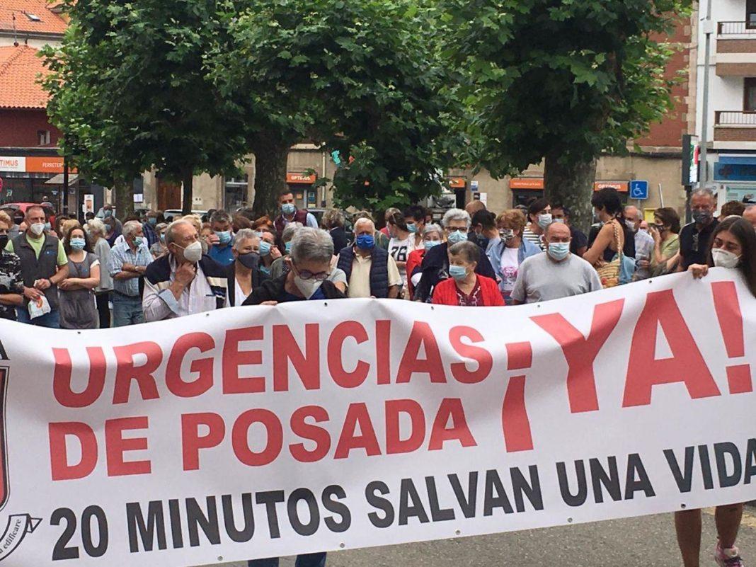 Nuria Rodríguez y la representante de la formación en Llanes, Tamara Schulz han participado en la movilización de los vecinos y vecinas de la localidad llanisca
