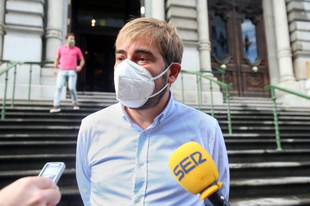 Daniel Ripa atendiendo a los medios en la entrada de la Xunta