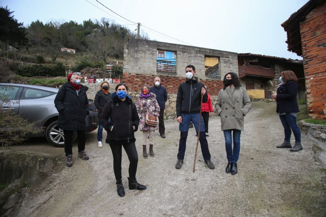 Nuria Rodríguez ha visitado el pueblo de L. lena, acompañada por el portavoz local, Carlos Blanco, donde los vecinos y vecinas les han transmitido su preocupación ante un posible desprendimiento de una gran roca sobre sus casas