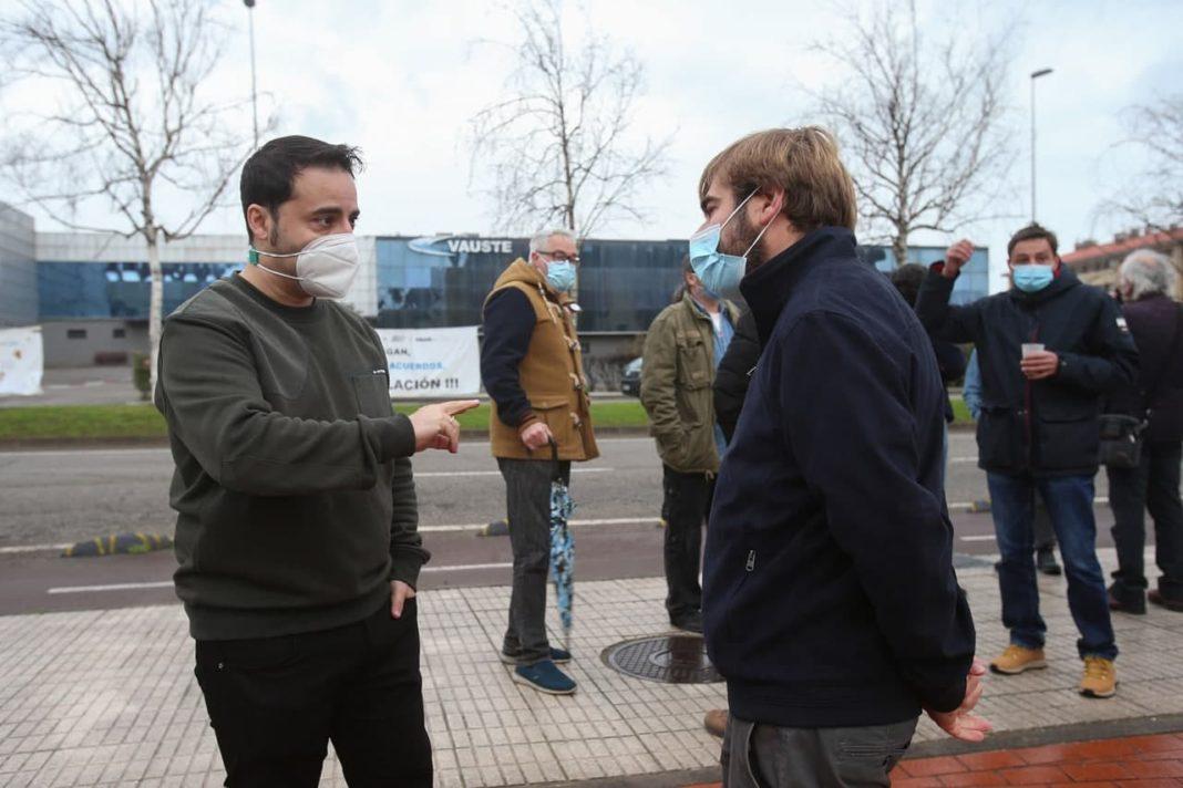 El secretario general de Podemos Asturies ha mantenido un encuentro con los trabajadores despedidos y ha puesto de ejemplo la entrada de capital público en Duro Felguera como modelo para evitar el cierre de más empresas