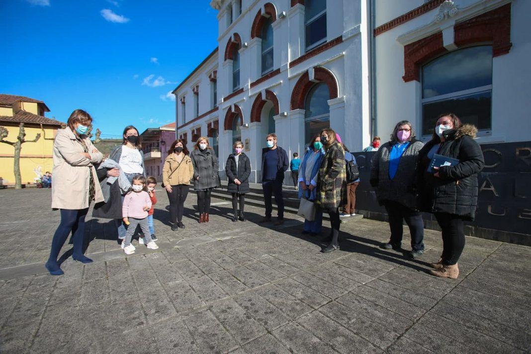 """Covadonga Tomé y Ana Taboada han denunciado que los y las niñas de esta zona rural de Uviéu y de los concejos de Santo Adriano, Proaza, Teberga y Quirós están recibiendo """"un servicio sanitario precario""""."""