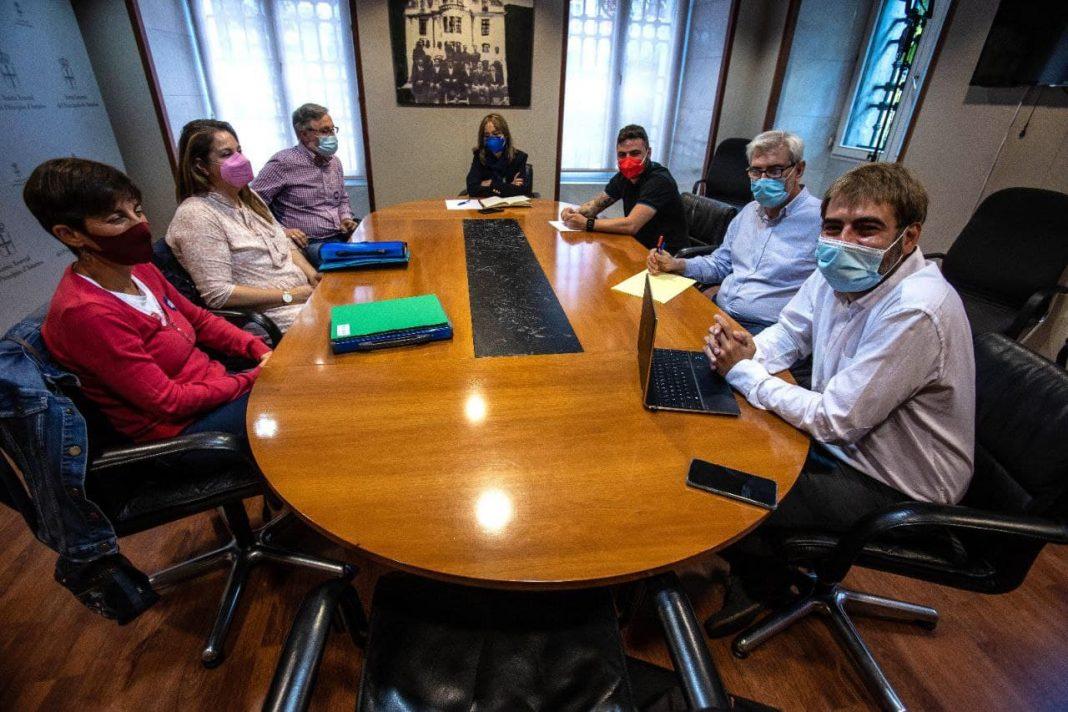 Daniel Ripa y Ángela Vallina, tras reunirse con la sección sindical de CCOO en la entidad financiera, han mostrado su apoyo y solidaridad hacia una plantilla pendiente de un ERE y que en Asturies afectará a 64 trabajadores de un total de 30