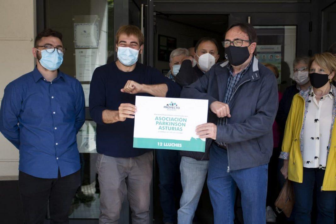 Daniel Ripa, Cristina Tuero y Fran Suárez, hicieron entrega este viernes de los 1.000 euros procedentes del excedente salarial de los y las diputadas correspondientes a esta línea de ayudas de Proyecto Asturies.